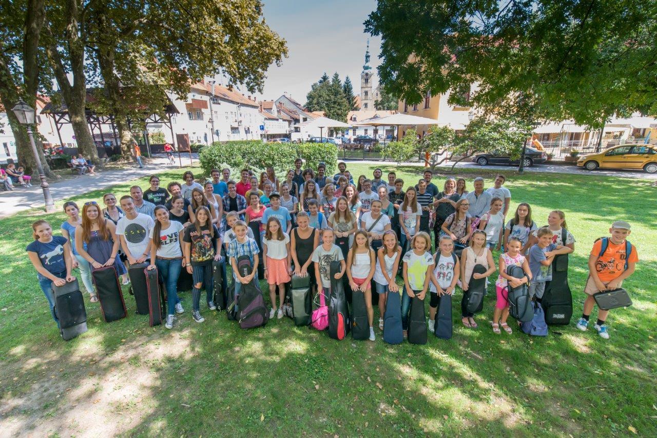 Polaznici Youngmastersa 2015. godine na skupnoj fotografiji ispred Samoborskog muzeja.